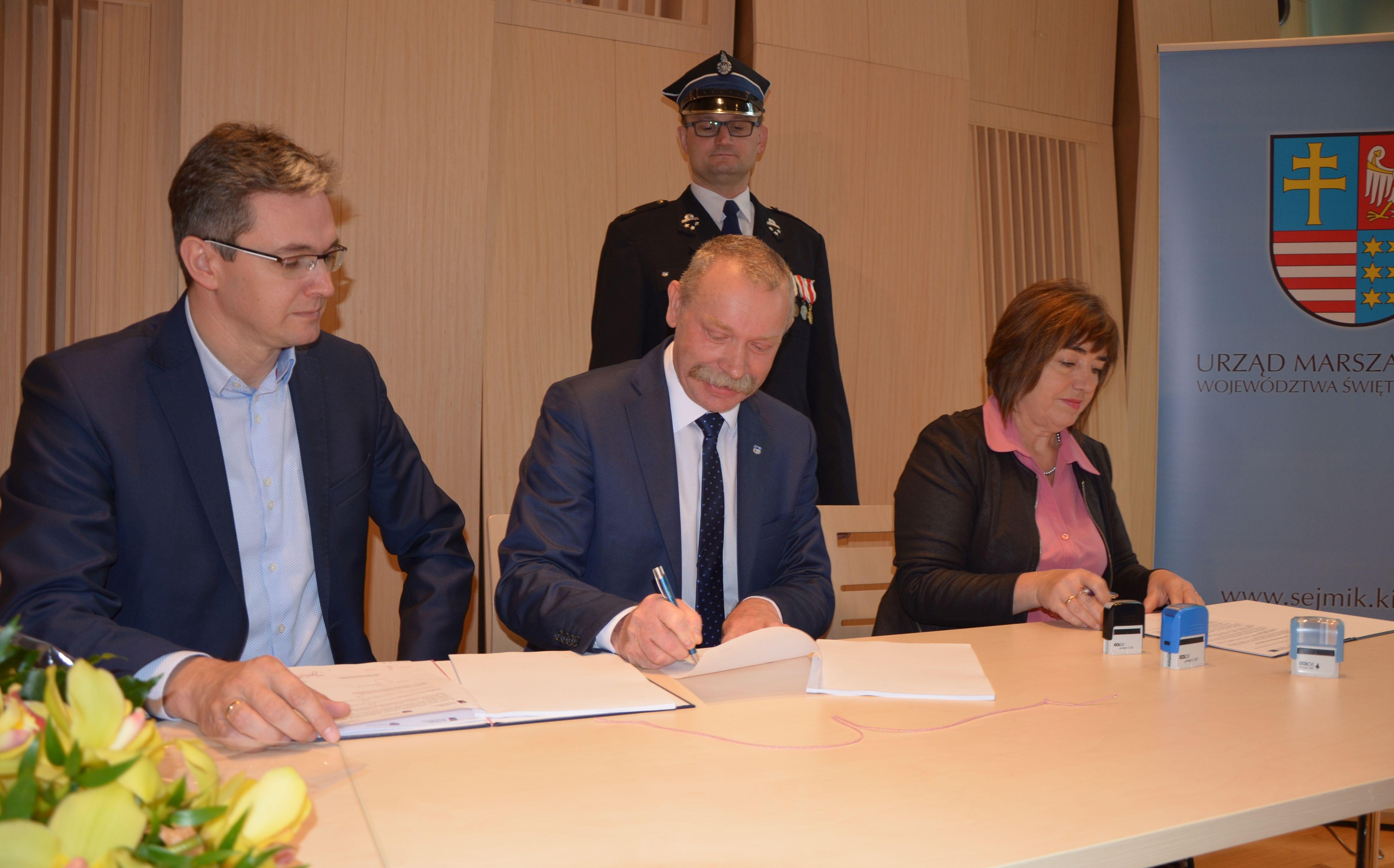 Umowa podpisana. Będzie wóz dla OSP Masłów!